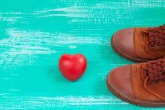 beaucoup de chaussures de toile ou chaussures et coeur d'espadrilles sur le vintage courtisent Photo stock