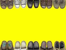 Beaucoup de chaussures et de sandale sur le fond de jaune d'isolat Image stock
