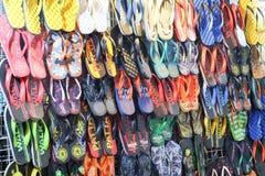Beaucoup de chaussures ont mis dessus la stalle du magasin de chaussures de rue de nuit photos libres de droits