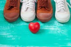 beaucoup de chaussures de toile ou chaussures et coeur d'espadrilles sur le vintage courtisent Photographie stock