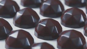 Beaucoup de chocolats : mouvement d'appareil-photo de gauche à droite banque de vidéos