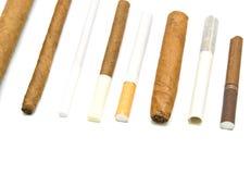 Beaucoup de cigarettes et de cigares sur le blanc Photographie stock libre de droits