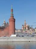 Beaucoup de citoyens et de touristes marchent sur la descente de Vasilevsky Images libres de droits