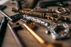 Beaucoup de clés de vintage dans le defocus sur un fond en bois images libres de droits