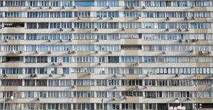 Beaucoup de climatiseurs sur la façade du bâtiment Photographie stock