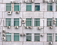 Beaucoup de climatiseurs sur le mur Photographie stock