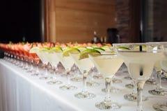 Beaucoup de cocktails à une partie image libre de droits
