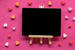 Beaucoup de coeurs autour de tableau noir sur le fond rose, icône d'amour, le jour de valentine photos libres de droits