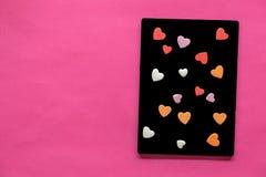 beaucoup de coeurs dans le tableau noir sur le fond rose, icône d'amour, le jour de valentine, concept de relations photo stock