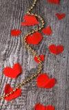 Beaucoup de coeurs de Valentine et de perles brillantes sur la vieille table en bois Photos libres de droits