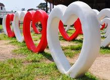 Beaucoup de coeurs en pierre rouges et blancs Photos libres de droits