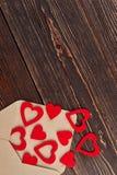 Beaucoup de coeurs rouges et enveloppe, vue supérieure Images stock