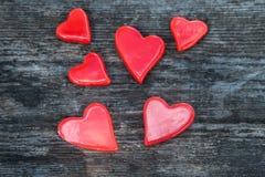 Beaucoup de coeurs rouges sur un fond en bois Photos libres de droits