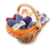 Beaucoup de coeurs tricotés dans le panier en osier Image stock