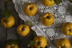 Beaucoup de coing de pomme sur le fond rustique Vue supérieure Photo stock