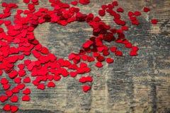 Beaucoup de confettis avec la forme de coeur Image libre de droits