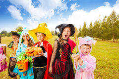 Beaucoup de costumes de Halloween d'usage d'enfants en parc Photo stock