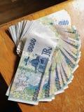 Beaucoup de couronne islandaise d'argent sur la table en bois Photos libres de droits