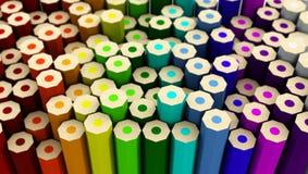 Beaucoup de crayons colorés au dos de la taille différente tournée Image stock