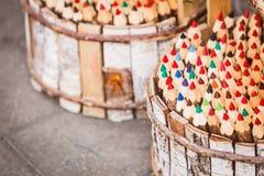 Beaucoup de crayons colorés dans le seau en bois Photos stock