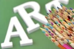 Beaucoup de crayons colorés par dièse et Art Sign sur le fond vert Photos stock