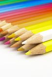 Beaucoup de crayons colorés sur le bureau Images stock