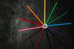 Beaucoup de crayons colorés sur un fond noir Crayons neufs Images stock