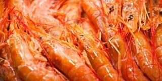 Beaucoup de crevettes fraîches sur le compteur du marché Image stock