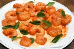 Beaucoup de crevettes roses de tigre ont mariné prêt à faire frire, le Kerala, Inde Images stock