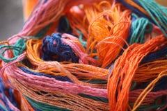 Beaucoup de différentes couleurs de fil de fils de coton Photos stock