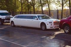 Beaucoup de différentes limousines la voiture pour des mariages, des célébrations, des anniversaires et des vacances Images libres de droits