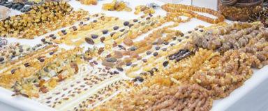 Beaucoup de différentes perles ambres, collier Lumière du jour, espace et photo extérieure et originale Photo stock