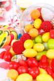 Beaucoup de différentes sucreries colorées et de chewing-gum Images libres de droits