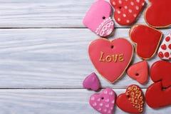 Beaucoup de différents biscuits de valentines de coeurs sur un bel en bois Images libres de droits