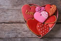 Beaucoup de différents coeurs de pain d'épice dans un boîte-cadeau pour Valentine Images libres de droits