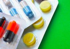 Beaucoup de différents comprimés colorés dans les bandes médicaments Photos stock