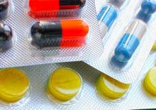 Beaucoup de différents comprimés colorés dans les bandes médicaments Photographie stock libre de droits