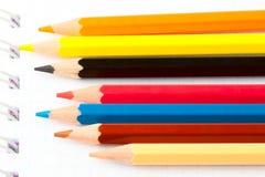Beaucoup de différents crayons colorés Photo stock
