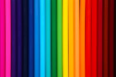 Beaucoup de différents crayons colorés fond, papier peint de crayons images stock