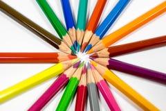 Beaucoup de différents crayons colorés sur le fond blanc Photographie stock libre de droits