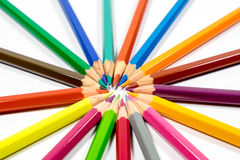 Beaucoup de différents crayons colorés sur le fond blanc Images stock
