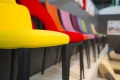 Beaucoup de différents fauteuils à la mode colorés intéressants photo libre de droits