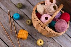 Beaucoup de différents fils pour le tricotage et la couture Photos stock