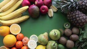 Beaucoup de différents fruits se trouvant sur la table banque de vidéos