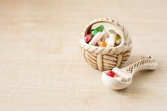 Beaucoup de de différents pilules, comprimés et capsules colorés dans le va en céramique photographie stock libre de droits