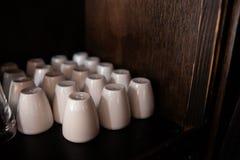Beaucoup de dispositifs trembleurs de sel blancs dans un restaurant et un bar de barre images stock