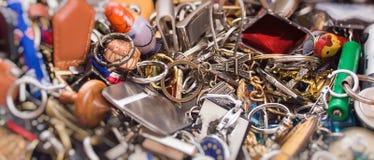 Beaucoup de divers keychains colorés dans une boîte photographie stock libre de droits