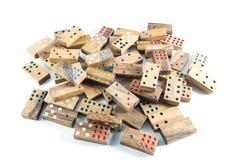 Beaucoup de dominos en bois sur d'isolement photo stock