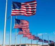 Beaucoup de drapeaux américains ondulant Washington Monument - à Washington, D C , les Etats-Unis Images libres de droits