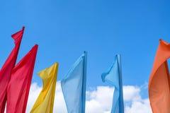 Beaucoup de drapeaux colorés au-dessus du ciel bleu Images stock